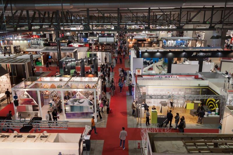 Vue supérieure des personnes à l'expo 2013 Made à Milan, Italie images libres de droits