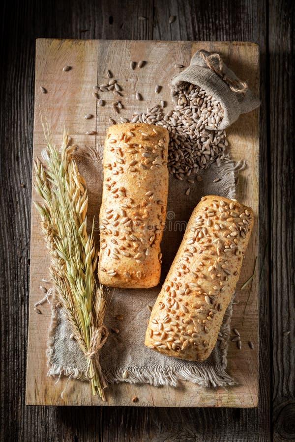 Vue supérieure des petits pains faits maison avec du blé et des oreilles image libre de droits