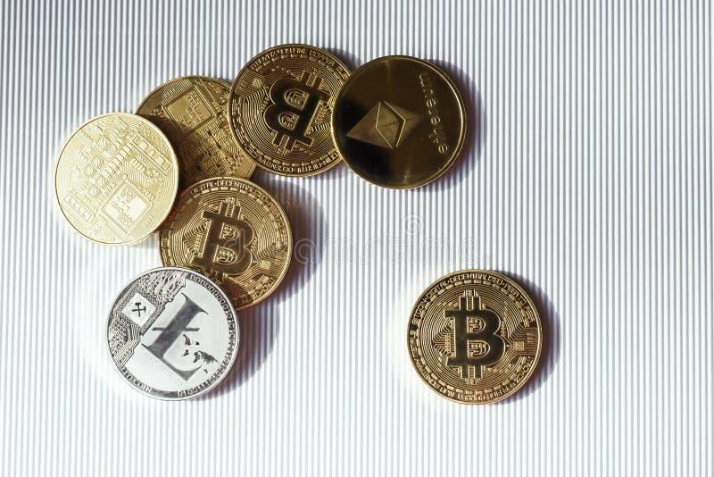 Vue supérieure des pièces d'or et en argent avec le symbole de bitcoin, de lisk et d'ethereum Cryptocurrency virtuel images libres de droits