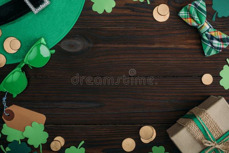 vue supérieure des pièces de monnaie d'or, du boîte-cadeau et des accessoires verts images stock