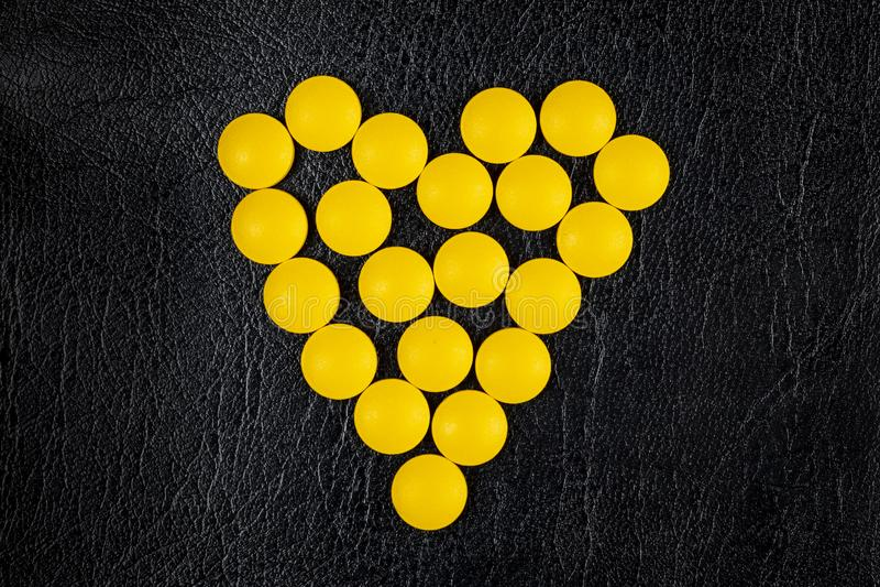 vue supérieure des pilules pharmaceutiques jaunes de médecine images stock