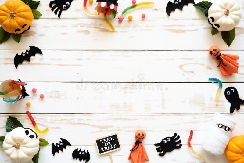 Vue supérieure des potirons blancs et jaunes de fantôme avec l'araignée de batte sur le fond en bois blanc photo stock