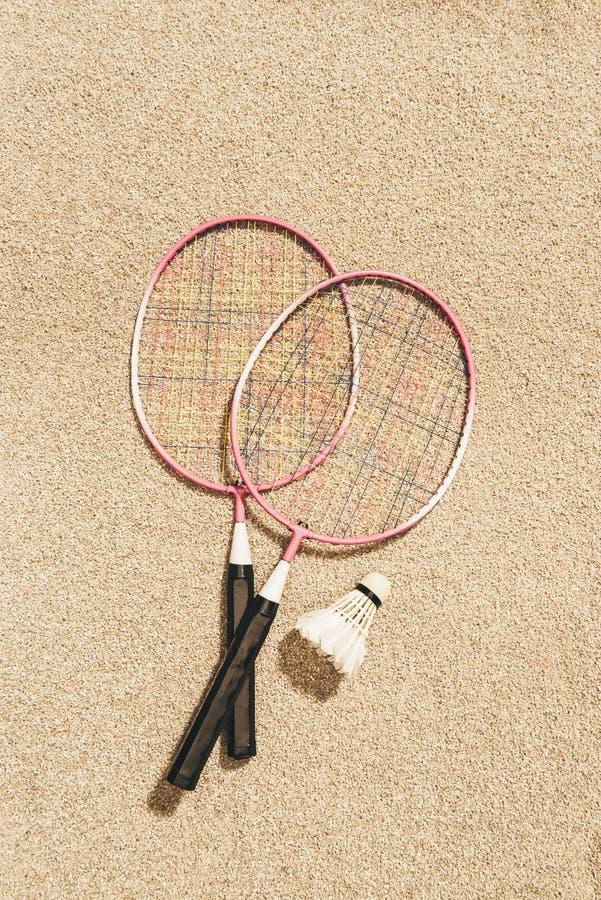 vue supérieure des raquettes et du volant de badminton disposés photos stock