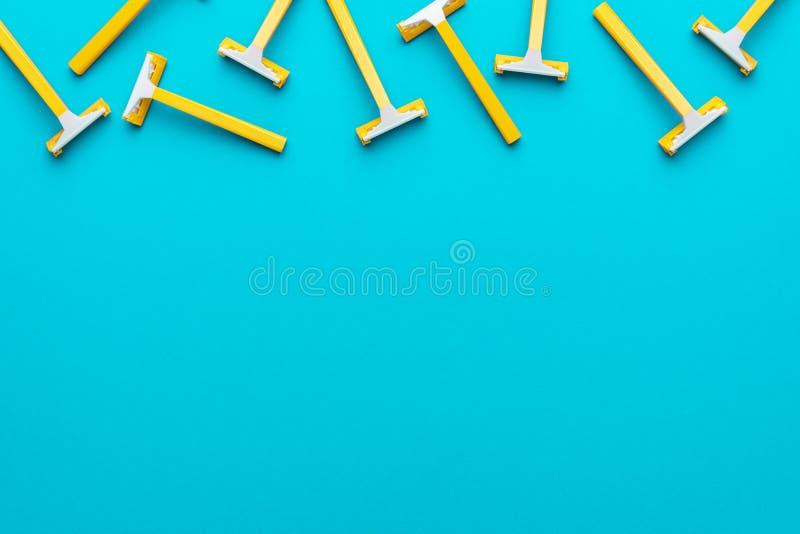 Vue supérieure des rasoirs unisex jetables sur fond bleu avec espace de copie photo stock