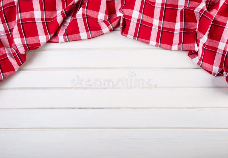 Vue supérieure des serviettes de cuisine à carreaux sur la table en bois image libre de droits