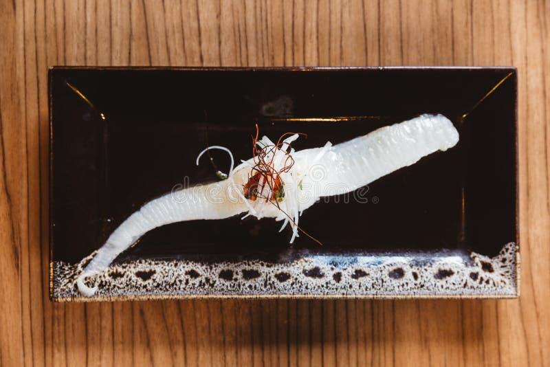 Vue supérieure des sushi d'Engawa de sushi d'aileron de poissons complétant avec le safran, nourriture japonaise traditionnelle image stock