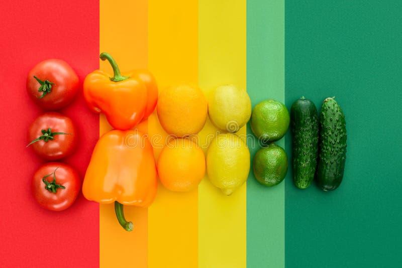 vue supérieure des tomates, des citrons et des concombres mûrs photographie stock