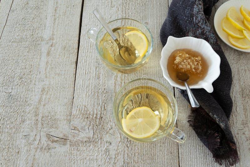 Vue supérieure des verres de thé de citron Les boissons s'étendent à plat Coupure saisonnière image stock