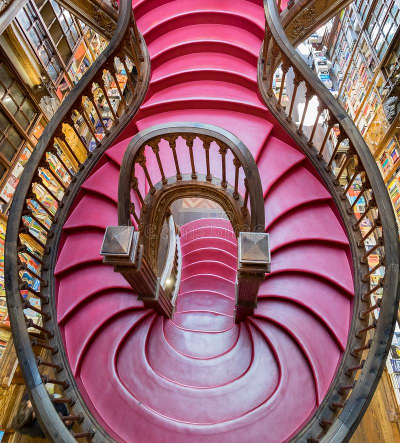 Vue supérieure dessus des escaliers à l'intérieur de la belle librairie de Lello et d'Irmao porto portugal photo stock