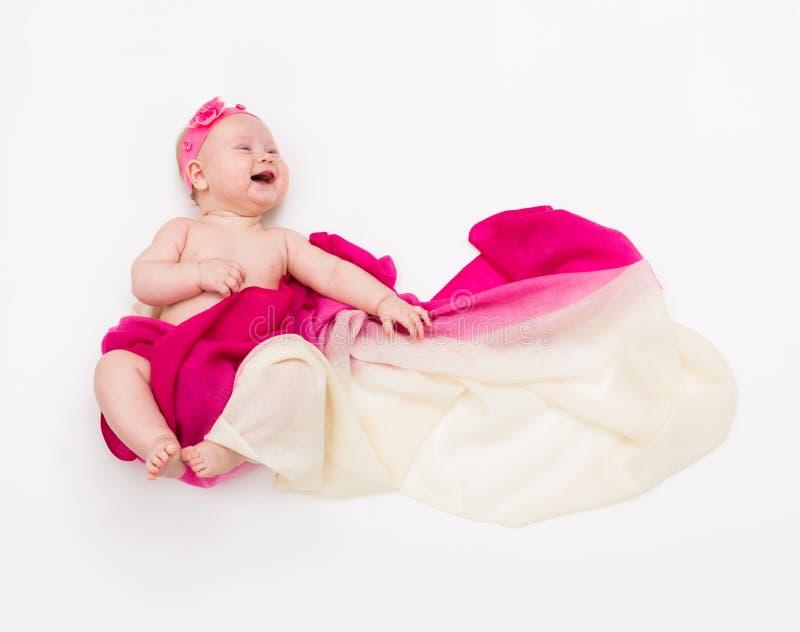 Vue supérieure du bébé riant mignon habillé dans un costume féerique - longs écharpe et bandeau de flottement L'espace pour le te photos stock