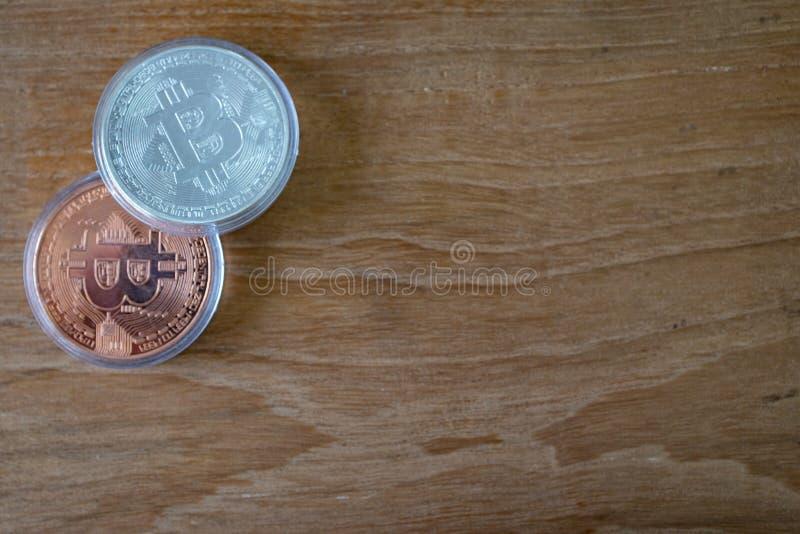 Vue supérieure du bitcoin de cuivre et argenté avec l'espace en bois de fond et de copie photo stock