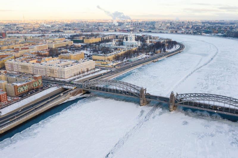 Vue supérieure du centre de St Petersburg Pont de Bolsheokhtinsky et cathédrale de Smolny, rivière de Neva photos libres de droits