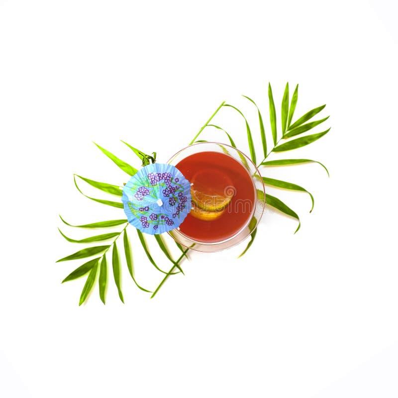 Vue supérieure du cocktail rouge d'été décoré du parapluie sur un whi images stock