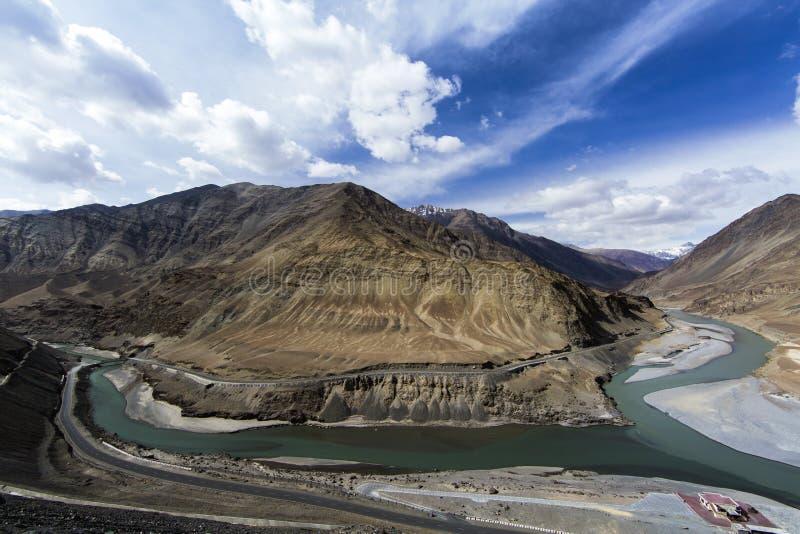 Vue supérieure du confluent des rivières Indus et Zanskar photographie stock