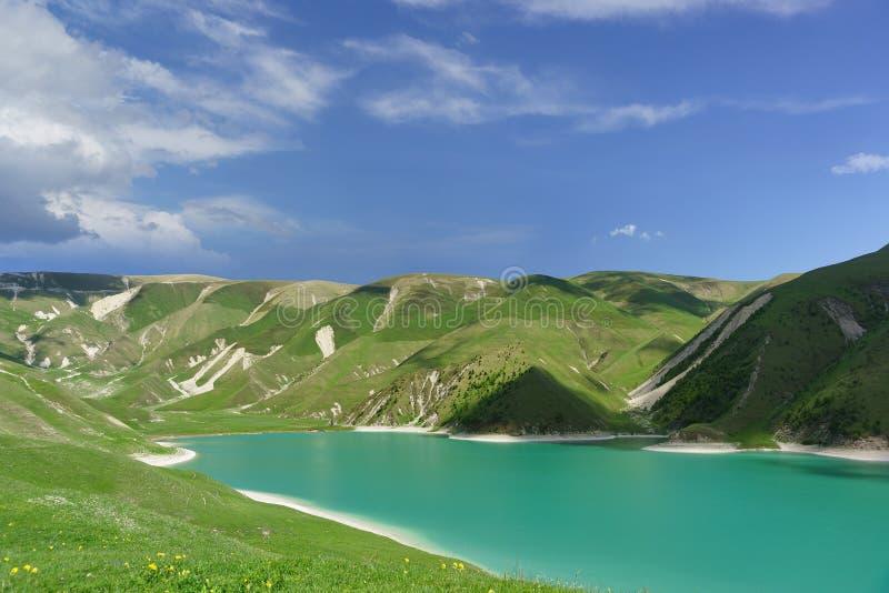 Vue supérieure du lac Kezenoi AM de montagne — le plus grand lac dans la région de la République tchétchène et du Caucase plus gr photographie stock libre de droits