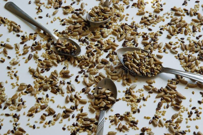 Vue supérieure du mélange grillé des graines - tournesol, lin et graines de sésame photos stock