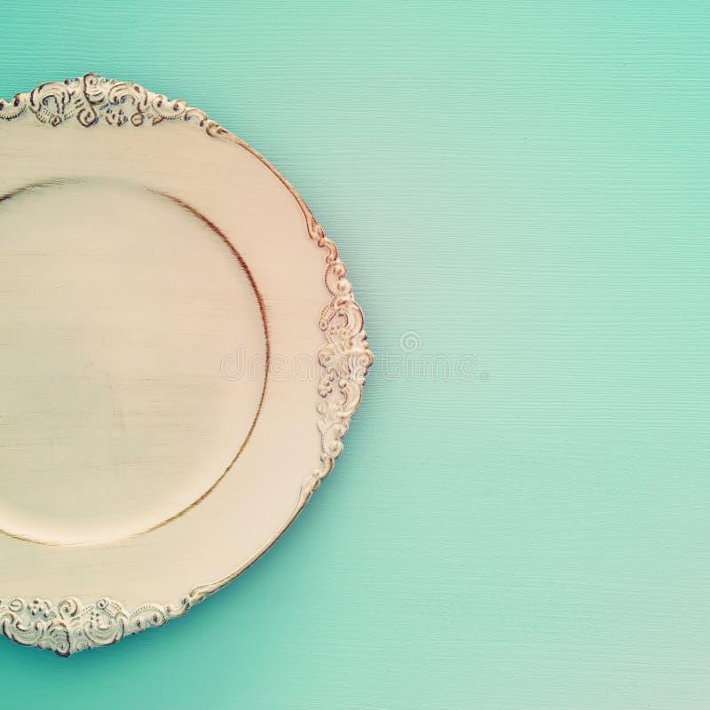 Vue supérieure du plat vide blanc de vintage au-dessus du fond en bois de menthe de bleu Configuration plate photographie stock