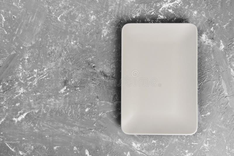 Vue supérieure du plat vide rectangulaire mat sur le fond foncé photos libres de droits