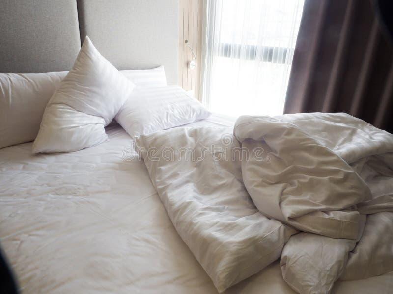 Vue supérieure du pli d'un drap qui n'est pas encore fait dans la chambre à coucher à l'arrière photographie stock libre de droits