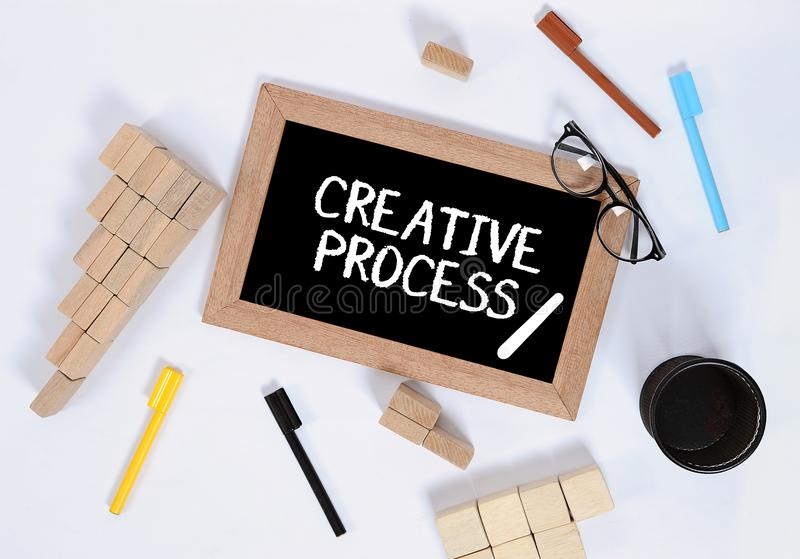 Vue sup?rieure du processus cr?atif/du processus cr?atif sur le tableau noir avec le bloc en bois empilant en tant que symbole d' photo libre de droits