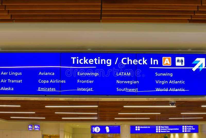 Vue supérieure du terminal signe d'étiquetage et d'enregistrement d'A chez Orlando International Airport 2 photographie stock