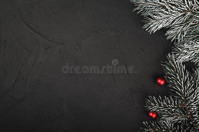 Vue supérieure et supérieure, des cadeaux de Noël sur un fond rustique noir en bois photo libre de droits