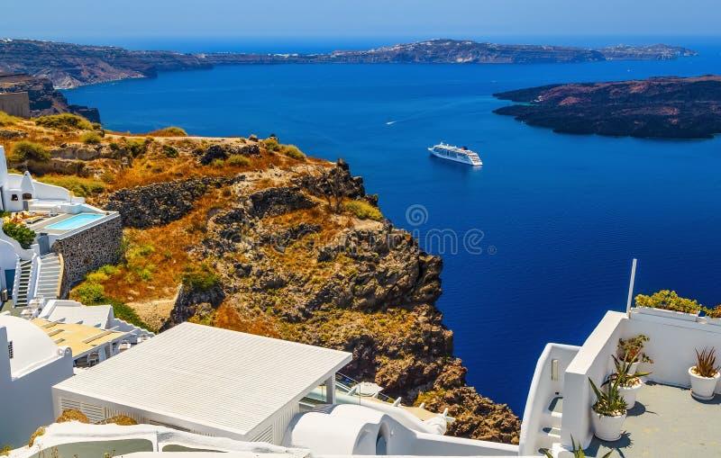 Vue supérieure idyllique d'hôtel sur la baie, île de Santorini en Grèce photo libre de droits