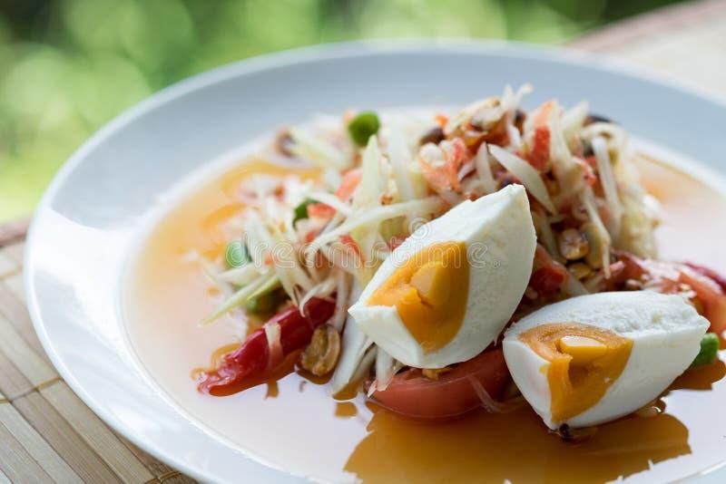 Vue supérieure la salade de papaye semble épicée mais également délicieux et a s images libres de droits