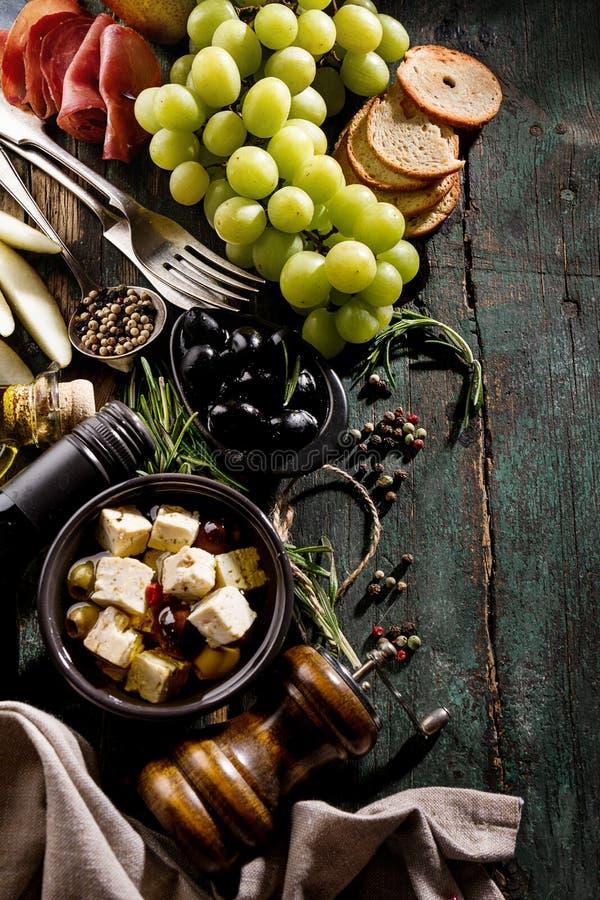 Vue supérieure méditerranéenne grecque italienne savoureuse d'ingrédients de nourriture sur G photographie stock