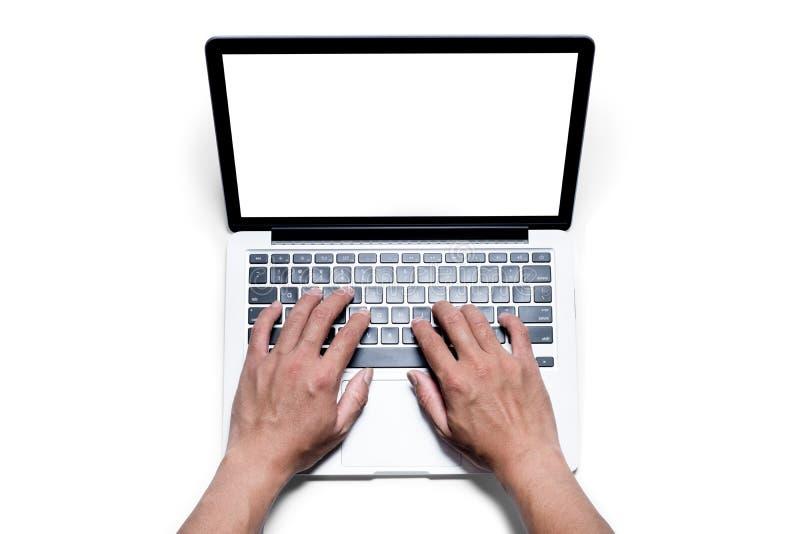 Vue supérieure, main masculine du ` s fonctionnant à l'aide de et dactylographiant sur l'ordinateur portable blanc avec l'écran b photo stock