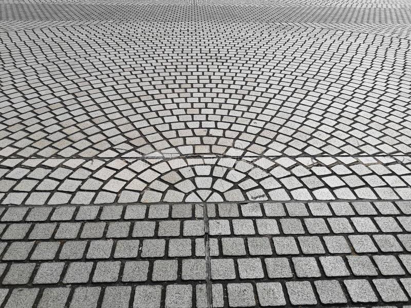 Vue supérieure, modèle de courbe des pavés ronds gris pavant sur une rue images stock