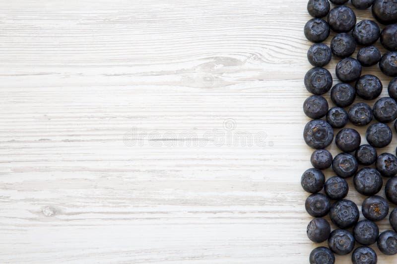 Vue supérieure, myrtilles sur une table en bois blanche photos stock