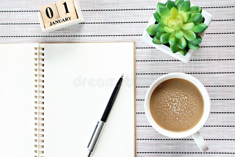 Vue supérieure ou configuration plate de papier de carnet, de calendrier de cube et de tasse de café ouverts sur le fond de table photographie stock