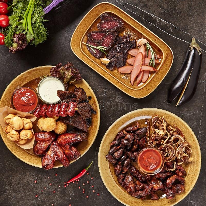 Vue supérieure réglée de viande de bière fumée de casse-croûte ou buffet de barbecue photographie stock