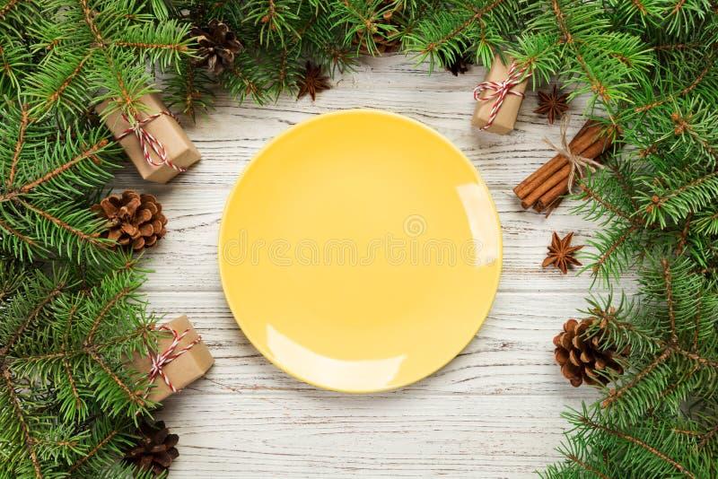 Vue supérieure Rond vide de plat en céramique sur le fond en bois de Noël concept de plat de dîner de vacances avec le décor de n photographie stock