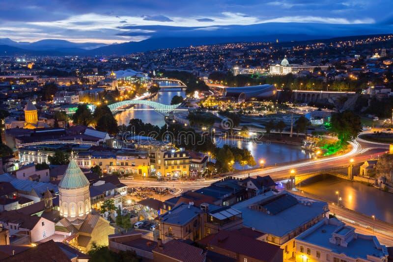 Vue supérieure scénique de Tbilisi Georgia In Evening Lights Illumination photographie stock
