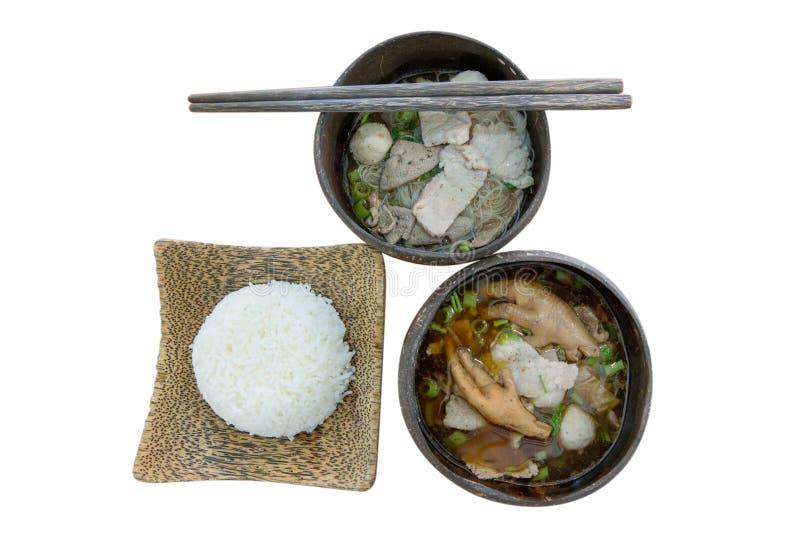 Vue supérieure soupe de porc et de poulet de pied sur isolé blanc, foyer sélectif image libre de droits