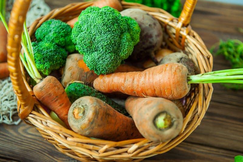 Vue supérieure Straw Basket avec des légumes de jardin - carottes fraîches, betteraves, brocoli, oignons sur le fond en bois rust photo stock