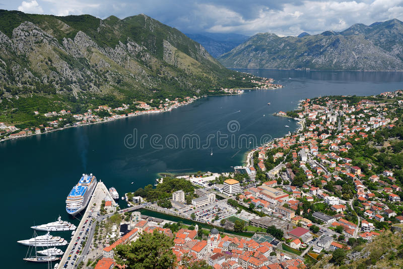 Vue supérieure sur la ville Kotor et la baie de Kotor photographie stock