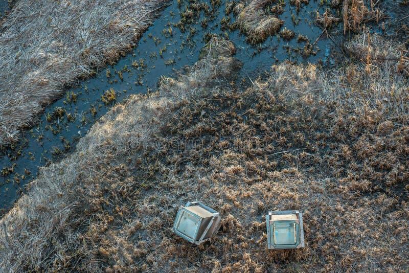 Vue supérieure sur le courant ou la petite rivière Il y a les herbes sèches et deux lumières architecturales Tir aérien de bourdo photos libres de droits