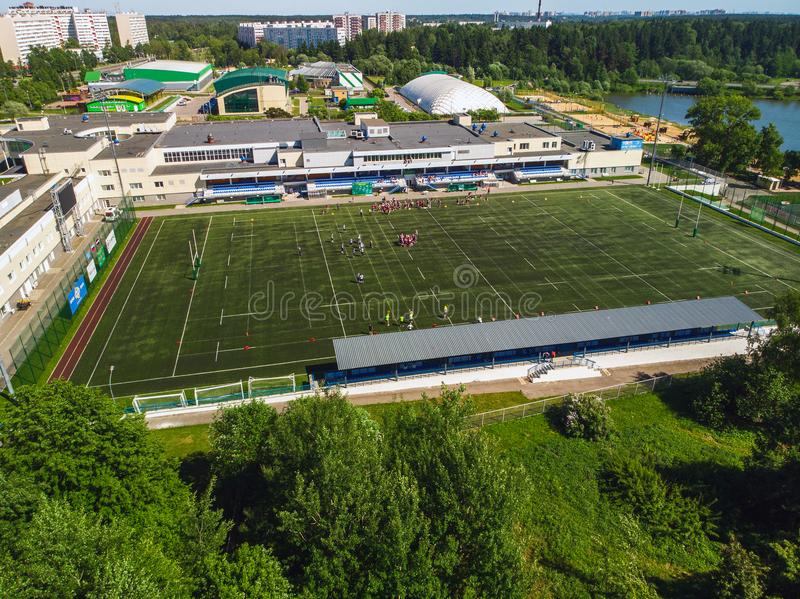 Vue supérieure sur le terrain de football de la réservation olympique d'école dans Zelenograd à Moscou, Russie photos stock