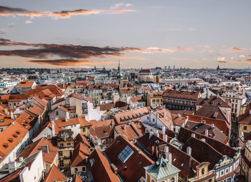 Vue supérieure sur Prague au coucher du soleil images stock