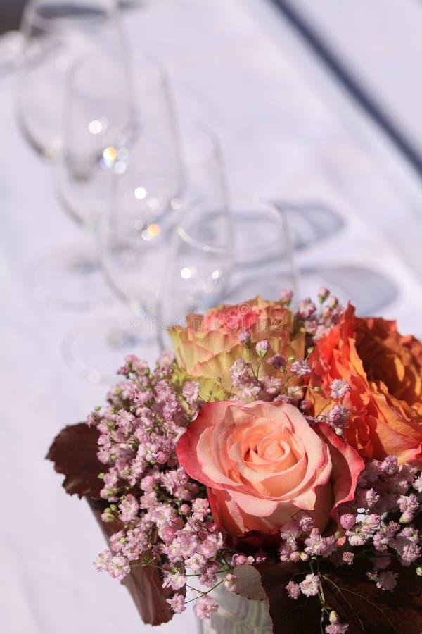 Vue supérieure sur une table avec un bouquet de fleur et des verres de vin images stock