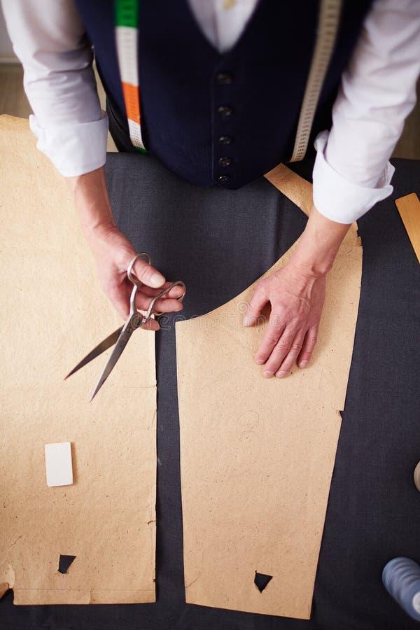 Vue supérieure : Tailleur Working dans le studio d'atelier image stock