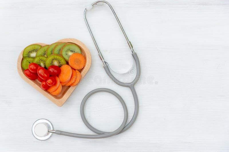 Vue supérieure Une seulement forme rouge simple d'amour de coeur avec le stéthoscope du médecin de médecin de DM de bandage avec  photos libres de droits