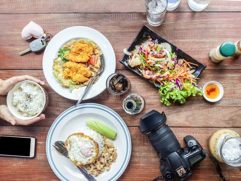 Vue sup?rieure déjeuner, riz et oeufs, salades, légumes, crevette avec l'appareil photo numérique et téléphone portable photo stock