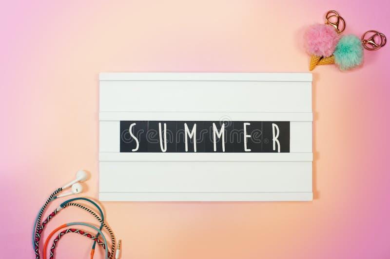 Vue sup?rieure d'accessoires tropicaux de plage avec le caisson lumineux avec humeur de vacances des textes dessus image libre de droits