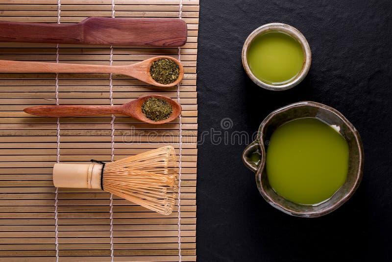 Vue sup?rieure de matcha de th? vert dans une cuvette sur la surface en bois photo libre de droits