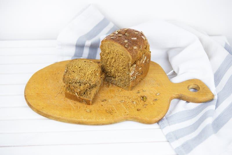 Vue sup?rieure de pain entier coup? en tranches sur une table en bois image stock