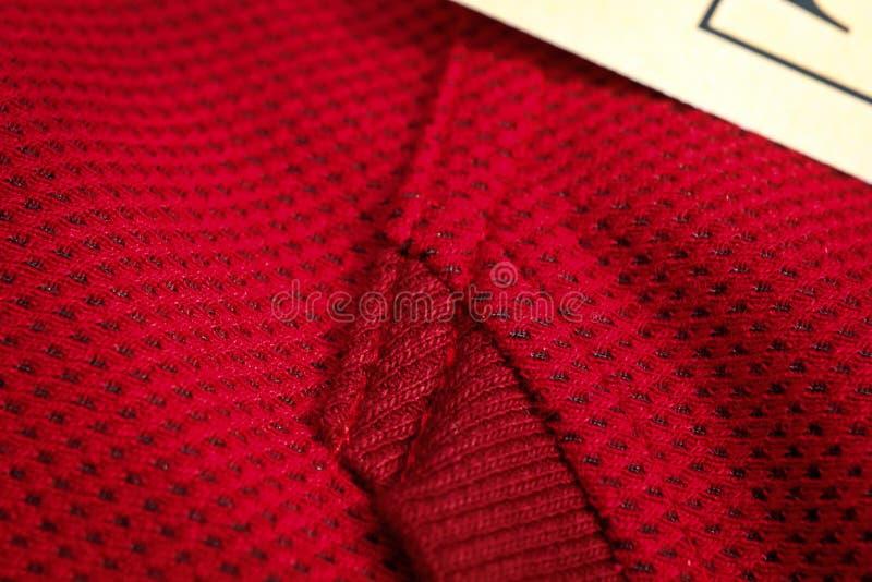 Vue sup?rieure de plan rapproch? rouge de v?tements de sport couture et jointure tricots respirables macro de d?tails d'habilleme photographie stock libre de droits